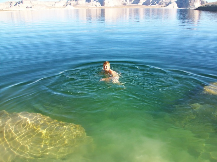 Marja zwemt in Lake Powell